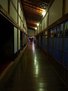 夜のお寺は趣がありますね