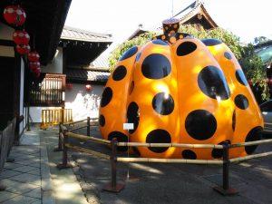 京都の儀多にあるフォーエバー現代美術館です。黄色い南瓜