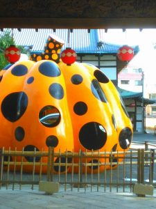 京都に草間彌生さんの作品を見に行きました。黄色いかぼちゃ