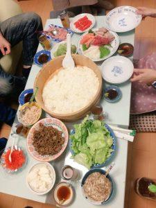 仲間と手巻き寿司の写真