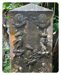 不思議な絵の石碑 群猿庚申塔