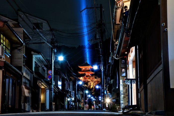 京都市 清水寺の茶わん坂 レーザー ライトアップ