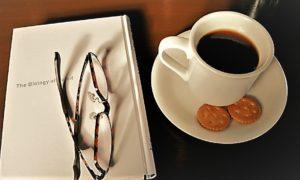 昼の空き時間に本をもってコーヒーを飲みに行きました。
