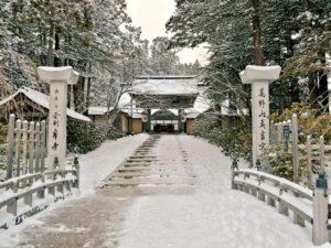雪景色の高野山の写真 金剛峯寺